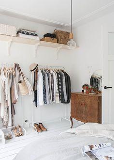 <p>Dans cette chambre immaculée, le dressing ouvert à été aménagé à partir de différents éléments, des étagères...