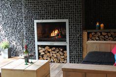 Een schitterende combinatie van een openhaard, schanskorven en steigerhouten meubelen. Eenvoudig te bestellen via www.gabinova.nl
