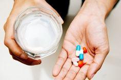 Tiga Siku - 'Jangan minum obat dengan susu' kata-kata itu seringkali didengar atau diucapkan oleh masyarakat ketika ingin mengonsumsi obat oral. Kenapa susu tidak boleh dicampur dengan obat?Obat atau antibiotik yang dikonsumsi secara oral bisa menj