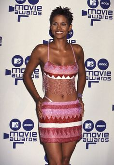 style Halle Berry is gearing up to celebrate her birthday this Sunday (August so we couldn't let this throwback Thursday go by without taking a look at her iconic style. Estilo Halle Berry, Halle Berry Style, Bond Girls, 90s Fashion, Street Fashion, Halley Berry, Meagan Good, Mini Robes, 1990s