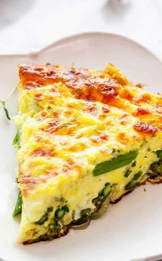Quick and EASY Asparagus Frittata! Perfect for spring. Eggs, Gruyere or Swiss cheese, shallots, and asparagus. Asparagus Frittata, Asparagus Egg, Asparagus Recipe, Egg Recipes, Brunch Recipes, Breakfast Recipes, Cooking Recipes, Vegetable Dishes, Breakfast