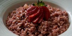 Uma receita ousada do risoto, clássico prato italiano, combinado com morangos, vinagre balsâmico e queijo parmesão, hummm! Aprenda já como faz: || Risoto de Morango || :: Ingredientes :: 300 gramas de arroz arbóreo 400 gramas de morangos higienizados e cortados em pedaços pequenos Azeite de oliva extravirgem 1/2 cebola picada (a outra metade você pode armazenar aqui) 1/2 copo de vinho branco Caldo de vegetais 50 gramas de manteiga Molho de vinagre balsâmico Queijo parmesão ralado :: Como…