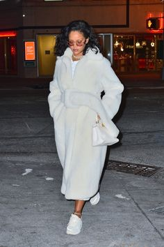 Rihanna Can't Get Enough of Old Celine - Celebrity Style Estilo Rihanna, Mode Rihanna, Rihanna Street Style, Rihanna Fenty, Fashion Killa, Look Fashion, Winter Fashion, Fashion Outfits, Rihanna Outfits