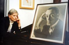 Totò.  Liliana De Curtis con una foto del padre (Jpeg Fotoservizi)