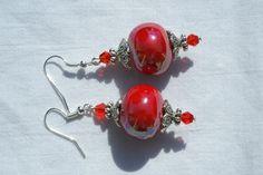Boucles d'oreille rouge perles céramique et à facettes en verre fait main : Boucles d'oreille par delicath