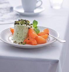 Pistazien-Honig-Parfait mit marinierten Aprikosen - [ESSEN UND TRINKEN]
