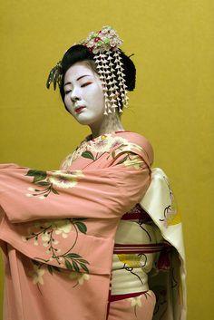 Kyomai (traditional Kyoto dance).  Maiko Kimichiyo from Gionkobu. S)