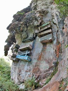Now this is unusual and definitely worth the visit. The hanging coffins of Sagada, Philippines, one of the world's most fascinating cemeteries. How could you not check it out while there? Voyage Philippines, Philippines Travel, Scary Places, Places To See, Monuments, La Danse Macabre, Old Cemeteries, Graveyards, Viajes