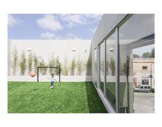 El edificio es un salón multi eventos, un gran espacio que se desarrolla en tres niveles: un sector en doble altura en la planta baja, un entrepiso y una terraza para actividades al aire libre.