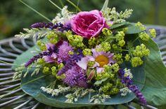 Anglická růže Gertrude Jekyll v doprovodu kopretin, šalvěje hajní, kontryhele měkkého, lesknice rákosovité a hlaváče
