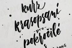 Věnuji se moderní kaligrafii – popisuji výlohy a tabule, navrhuji loga, tvořím svatební oznámení a v neposlední řadě pořádám i kurzy Krasopsaní po celé České republice. Popíšu cokoliv a kdekoliv.