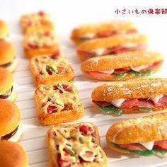 展示用の冷蔵系のコンビニパンが 3種類出来ました! パッケージはこれから!(笑) 美味しそうに出来たと思うのですが どうでしょ? #miniature #miniaturefood  #コンビニ #コンビニフード #チーズバーガー #ピザトースト  #カスクート  #人差し指と  #ミニチュアアート展2016  #販売用も頑張って作るかなぁ