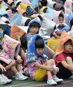 Evacuation Drill 避難訓練 (ひなんくんれん) Disaster Hood 防災頭巾 (ぼうさいずきん) Earthquake 地震  (じしん)