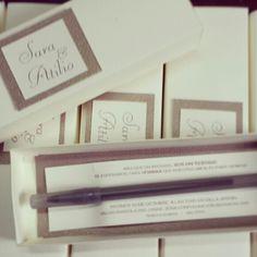 Invitación caja con bolígrafo para testigos de boda