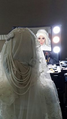 The pearl on her back veil is amazing ;-)