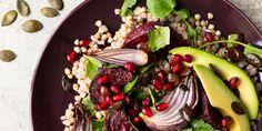 Santé, saveur et couleur dans la même assiette! Cette salade prend un peu de temps à faire mais elle en vaut vraiment la peine! Saveur, Grains, Salads, Beef, Food, Kitchens, Pomegranate Seeds, Buckwheat, Meat