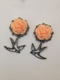 antique bronze rose and swallow birds custom plugs Cute Jewelry, Body Jewelry, Jewelry Accessories, Vintage Jewelry, Rockabilly Pin Up, Rockabilly Fashion, Ear Gauges, Ear Piercings, Peircings