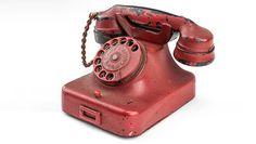 Личный телефон Адольфа Гитлера ушел смолотка нааукционе вСША ввоскресенье за243 тысячи долларов, говорится взаявлении аукционного дома Alexander Historical Auctions. По данным агентства Франс Пресс, стоимость телефона оценивалась впределах 200-300 тысяч долларов, вто время какстартовая цена нанего составляла 100 тысяч. Телефон Siemens c гравировкой имени Гитлера был подарком вермахта. В 1945 году он был найден советскими …