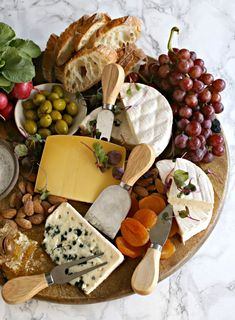 Charcuterie Recipes, Charcuterie And Cheese Board, Cheese Boards, Cheese Board Display, Cheese Platters, Food Platters, Comida Picnic, French Appetizers, Cheese Appetizers