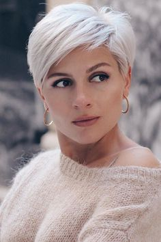 Chic platinum blonde short pixie hairstyles and hairstyles to try out in the year . - Chic platinum blonde short pixie hairstyles and hairstyles to try out in 2020 Short Messy Haircuts, Short Hairstyles For Thick Hair, Short Hair Cuts For Women, Curly Hair Styles, Long Hairstyles, Ponytail Hairstyles, Hairstyle Short, Hairstyles Videos, Haircut Short