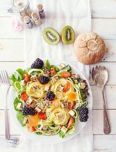Unas cuantas recetas de ensaladas frescas y diferentes para el verano, con tofu como protagonista, con pasta, zoodles, arroz, hortalizas e incluso frutas!