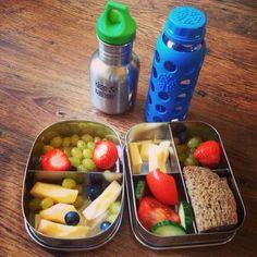 Goedemorgen! De broodtrommels weer gevuld voor #meemaarschool Vandaag de nieuwe glazen lifefactory fles mee gevuld met water