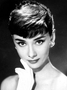 ■オードリー・ヘップバーン(1929年~1993年)  アカデミー賞、トニー賞、エミー賞、グラミー賞のすべてを受賞した、世界的に著名な英国の女優。