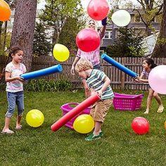 Foto: Und da sind wie wieder die Poolnudeln. genial was man alles damit machen kann. Eine tolle Beschäftigung für Kinder ist es mit den Poolnudeln Luftballons in die Körbe zu manövrieren. Veröffentlicht von Pusteblume auf Spaaz.de