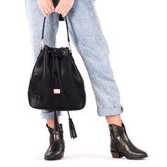 Bolso de mujer estilo bombonera en negro con tres bolsillos internos. Cierre con click y con cordón para mayor sujeción. 35x30cm. Corte en sintético y forro en textil. Ideal para cualquier ocasión.