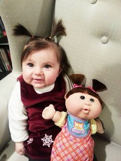 Fofura do dia: bebês que são a cara de seus bonecos (na verdade, o contrário!)
