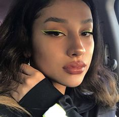 So what are the tricks of pulling eyeliner? How to apply eyeliner. How To Apply Eyeliner? Sparkly Eye Makeup, Sparkly Eyeshadow, Bold Eye Makeup, Pretty Makeup, Skin Makeup, Holographic Eyeshadow, Beauty Makeup, Makeup Style, Makeup Looks