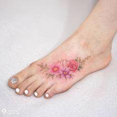 Artista Tatuador: Tattooist Silo. Tags: categorías, Acuarelas, Ilustrativo, Naturaleza, Flores, Ramos de flores. Partes del cuerpo: Pie.