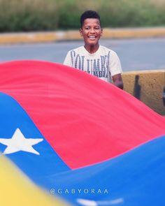 Foto de @gabyoraa Prohibido olvidar   Que no se nos olvide sonreír. Una sonrisa en medio de esta tempestad es como una suave brisa que acaricia nuestra alma! Marcha de la Bandera #7julio #venezuela #bandera #100dias #ccs #caracas #caminacaracas
