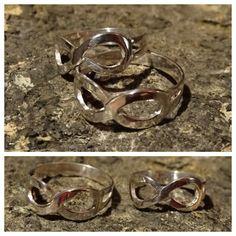 Twee zilveren ringen met oneindigheids-teken.