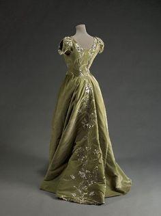 Raudnitz & Co. evening dress, 1897 From the Musée Galliera.