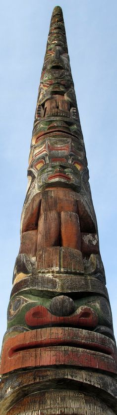 Totem pole in Vancouver, British Columbia - Totem poles are distinctive to First Nations cultures on the Pacific coast (i. not all First Nations groups have them - surprise, surprise!), so they can be seen all over British Columbia as a part of pr Vancouver Island, Canada Vancouver, Ottawa, Alaska, Native Art, Native American Art, Pacific Coast, Pacific Northwest, British Columbia