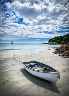 Junto a esta barca dejé mis huellas. Caminaré hacia el mar en busca de mi nuevo horizonte.