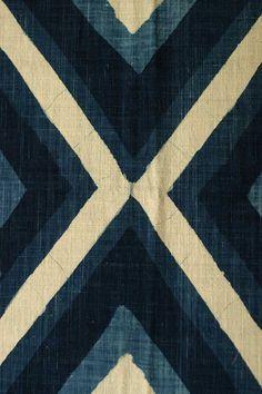 textile : motif géométrique, bleu indigo