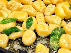 Gnocchi in Salbeibutter    Super-lecker ( vor allem mit selbstgemachten Gnucchi), supereinfach und ultraschnell gemacht.    Meine Kinder habe die verschlungen – nicht einmal Nachtisch hat noch reingepasst.    http://einfach-schnell-gesund-kochen.de/gnocchi-in-salbeibutter/