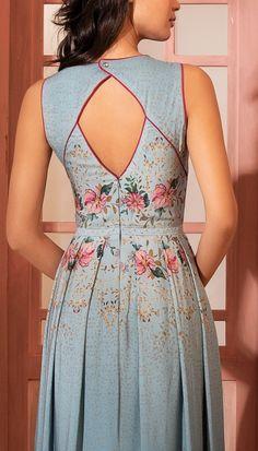 Vestido Longo Coelho elegant dress and fashion for women Kurti Neck Designs, Dress Neck Designs, Blouse Designs, Pretty Dresses, Beautiful Dresses, Dress Skirt, Dress Up, Indian Designer Wear, Mode Inspiration