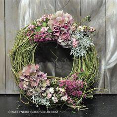 Wie du einen Herbstkranz aus Hopfen und Hortensien  selbermachen kannst. DIY auf Craftyneighboursclub.com #herbstkranz #kranz #hortensien