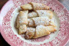Rugelach Musevi mutfağına özgü, hamurunda krem peynir bulunan, ağızda dağılan çok lezzetli kurabiyelerdir. Benbu kurabiyeleri biraz bizim elmalı kurabiyeye benzetirdim. Evde oldukça yoğun kıvamlı incir reçeli vardı. Kahvaltıya biraz ağır gelince bu...
