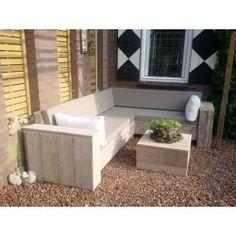 Jede Menge Sitzplätze schaffen Sie mit einem Bauholz Lounge-Ecksofa aus unserem Hause.