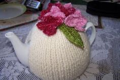 Simple Cosy for a 3 to 4 cup Pot Yarn: 1 ball Patons Jet remnants of three colours(Cleckheaton Silk used here ) Needles: Abbr: RS-. Tea Cosy Knitting Pattern, Tea Cosy Pattern, Knitting Patterns Free, Free Knitting, Simple Knitting, Vintage Knitting, Crochet Pattern, Teapot Cover, Knitted Tea Cosies