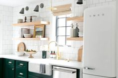 Trend Spotting: Dark Green Kitchen Cabinets Move over blue, there's a new favorite kitchen color in town. Kitchen Cabinet Colors, Home Kitchens, Kitchen Design, Dark Green Kitchen, Kitchen Countertops, Kitchen Furniture, Vintage Kitchen, Favorite Kitchen Colors, Kitchen Cabinets