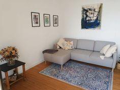 Dieses schöne, moderne Wohnzimmer mit grauer Couch und einem kleinen Teppich gibt es in einer Altbauwohnung in Heidelberg. #wggesuchtde #wggesucht #wgzimmer #wohnzimmer #ideen #inspiration #couch #sofa #grau #einrichtung #dekoration #bilder #teppich #modern #gemütlich #cozy #heidelberg Sofa, Couch, Small Area Rugs, Living Room Modern, Nice Asses, Settee, Settee, Sofas, Couches