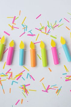 DIY Party Garland - Birthday Candles - Party Background or backdrop. Party Girlande, Diy Girlande, Birthday Board, Birthday Diy, Birthday Parties, Birthday Garland, Birthday Design, Birthday Celebrations, Birthday Gifts