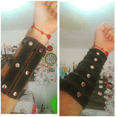 Me fabriqué dos protectores de brazo con cintos de cuero que tenía rotos  me gusta más el de la izquieeda Que opinan ustedes?  Comenten!