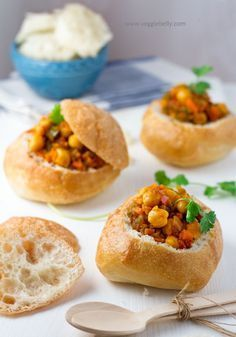South African Bunny Chow my vegetarian version with Chickpeas Veggie Belly Vegetarian Recipe South African Bunny Chow, South African Dishes, South African Recipes, Africa Recipes, My Favorite Food, Favorite Recipes, Jai Faim, Kos, Vegetarian Recipes