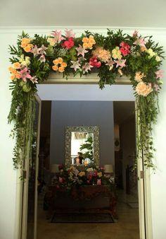 Rangkaian bunga border di atas pintu